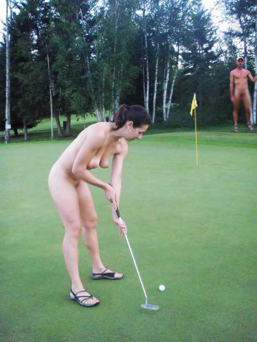 【海外エロ画像】相応しくない球を転がしているw全裸で球技中www 06