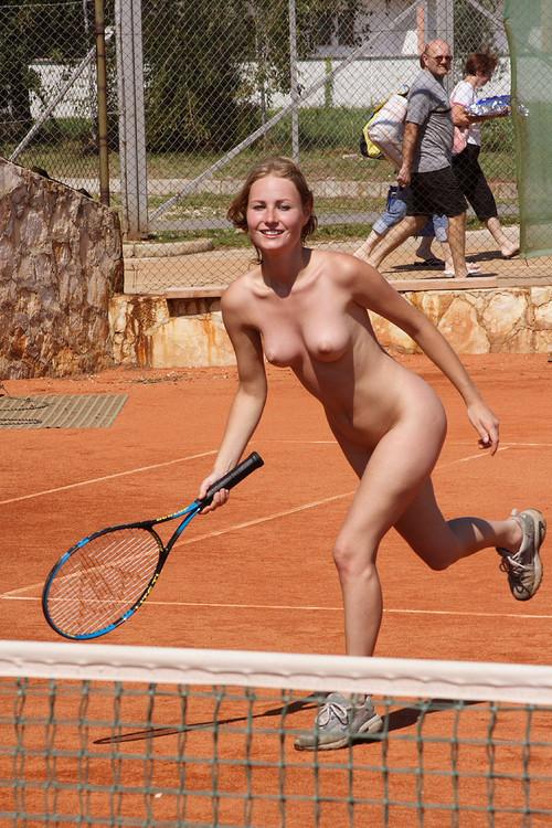 【海外エロ画像】相応しくない球を転がしているw全裸で球技中www 09