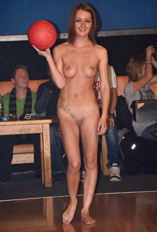 【海外エロ画像】相応しくない球を転がしているw全裸で球技中www 11