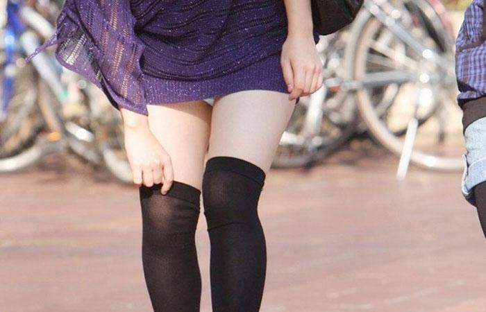 【パンチラエロ画像】ミニ履いてるなら覚悟はあるでしょwミニスカうっかりチラ見えwww 001