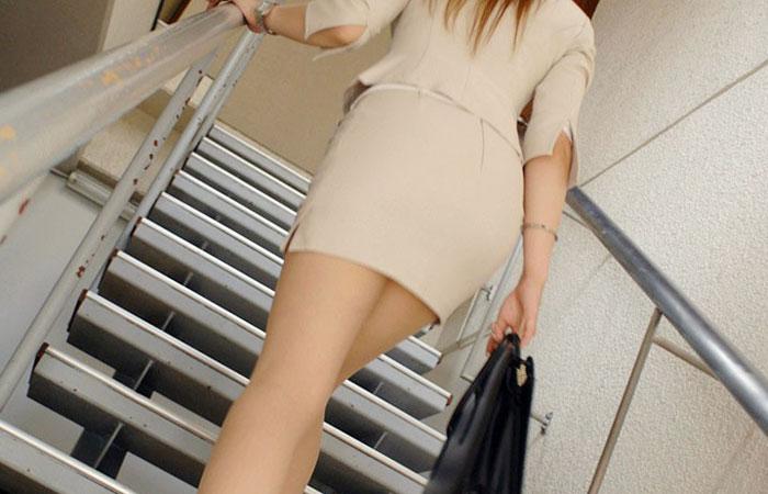 【着尻エロ画像】働くお姉さんの輝いて揺れるムッチリタイト尻を追跡! 001