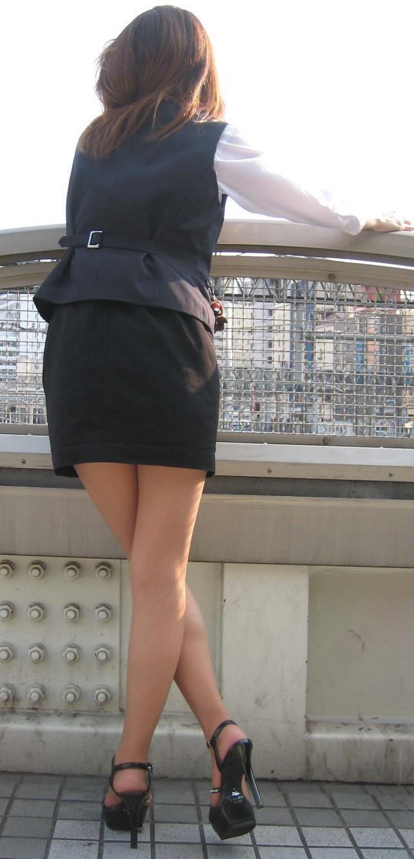 【着尻エロ画像】働くお姉さんの輝いて揺れるムッチリタイト尻を追跡! 10