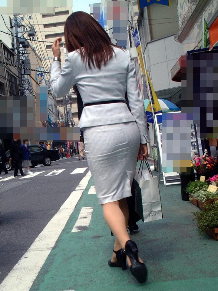 【着尻エロ画像】働くお姉さんの輝いて揺れるムッチリタイト尻を追跡! 11