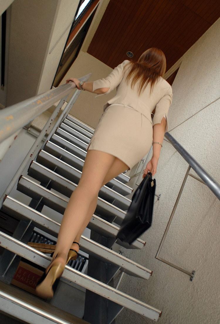 【着尻エロ画像】働くお姉さんの輝いて揺れるムッチリタイト尻を追跡! 14