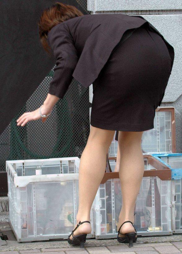 【着尻エロ画像】働くお姉さんの輝いて揺れるムッチリタイト尻を追跡! 15
