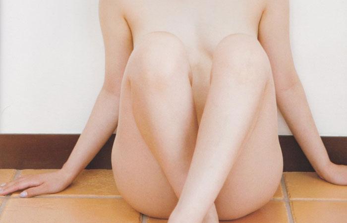 【美脚エロ画像】隠れて見えないなら開けばイイw体育座りで隠した股間を横尻付きでwww 001