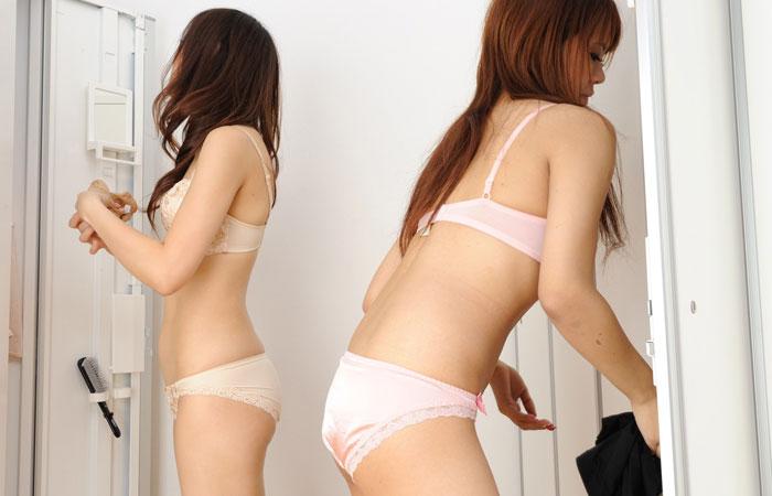 【着替えエロ画像】全裸になる人は夜の予定が…雌臭撒きながら更衣室で着替えwww 001