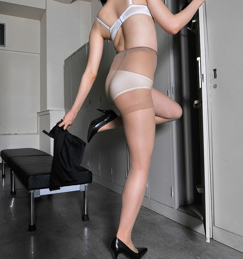 【着替えエロ画像】全裸になる人は夜の予定が…雌臭撒きながら更衣室で着替えwww 06