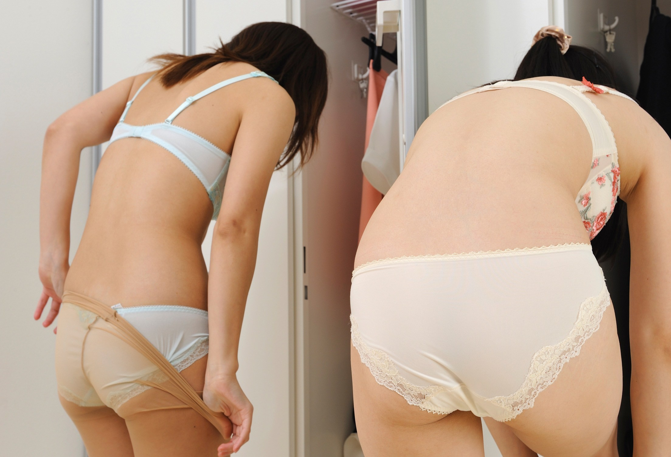 【着替えエロ画像】全裸になる人は夜の予定が…雌臭撒きながら更衣室で着替えwww 08
