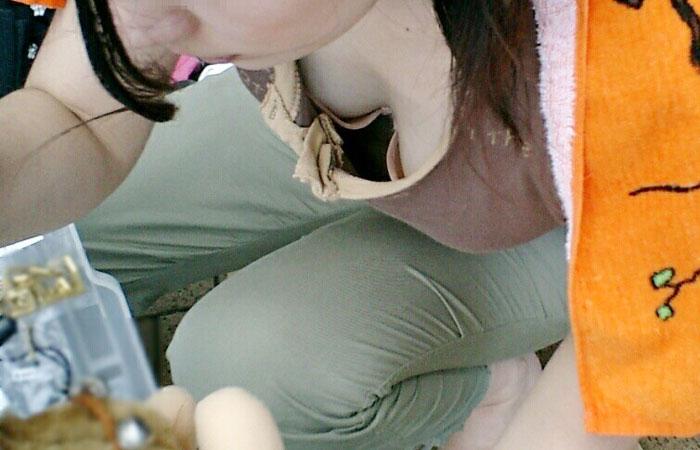 【胸チラエロ画像】薄着の季節は胸元に注目!ブラも見えるおっぱいチラ見えwww 001