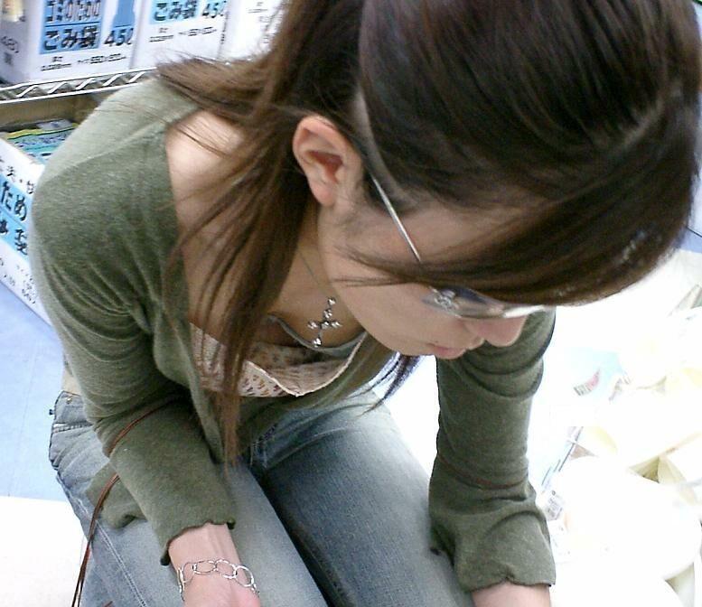 【胸チラエロ画像】薄着の季節は胸元に注目!ブラも見えるおっぱいチラ見えwww 01