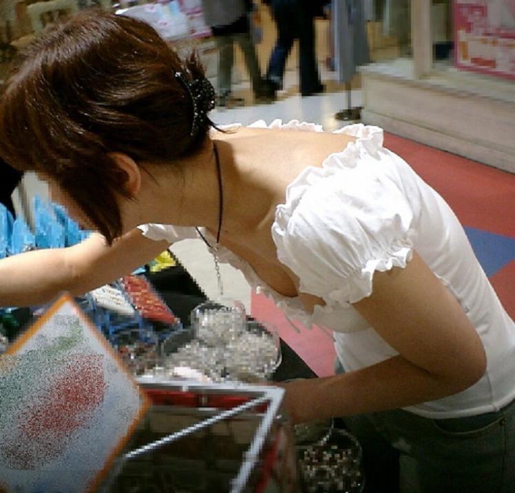 【胸チラエロ画像】薄着の季節は胸元に注目!ブラも見えるおっぱいチラ見えwww 03