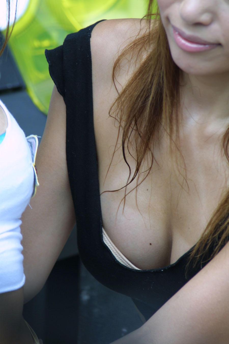 【胸チラエロ画像】薄着の季節は胸元に注目!ブラも見えるおっぱいチラ見えwww 14