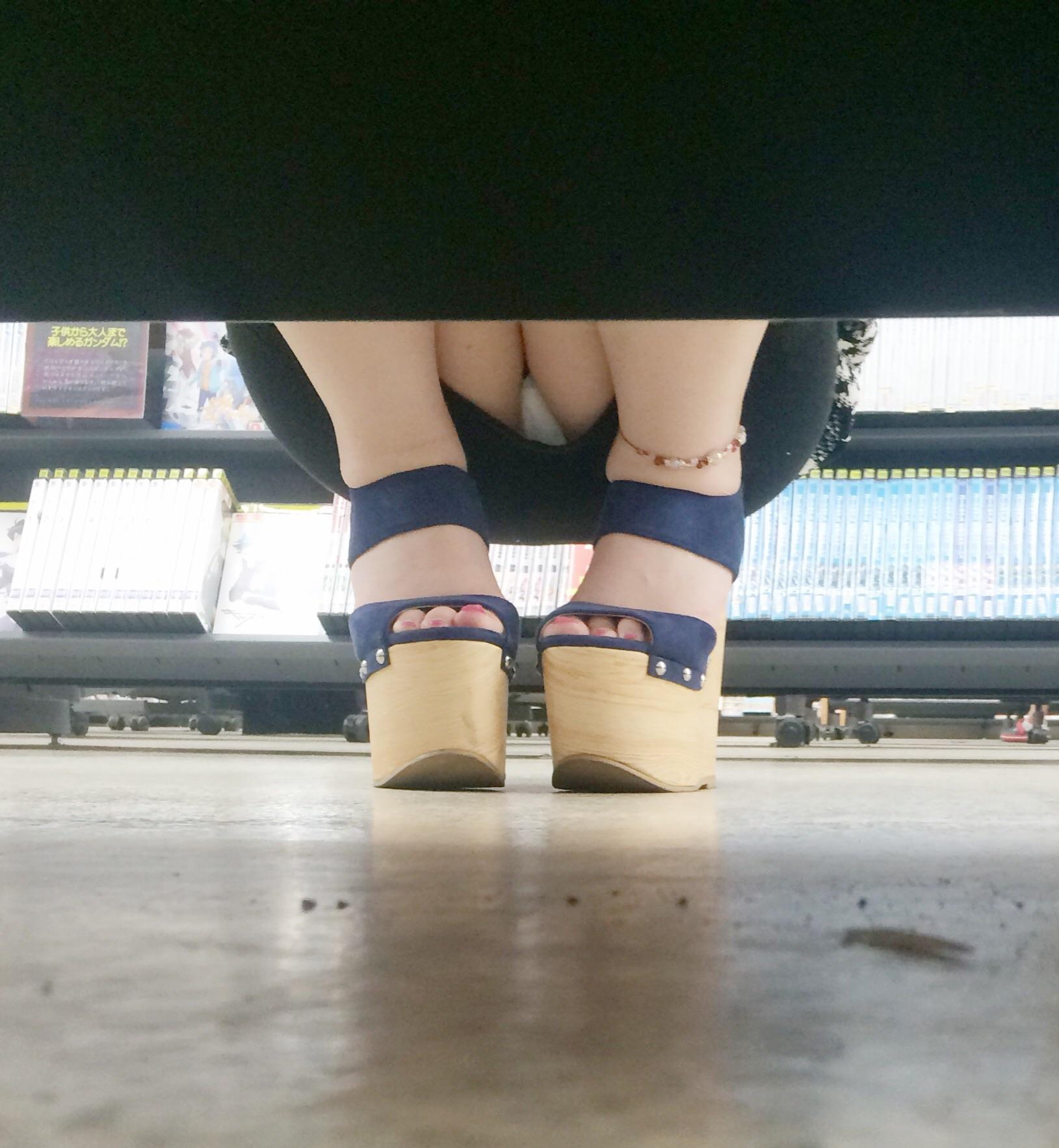 【パンチラエロ画像】棚の向こうに気配があればカメラの用意!店内パンチラ激写www 05