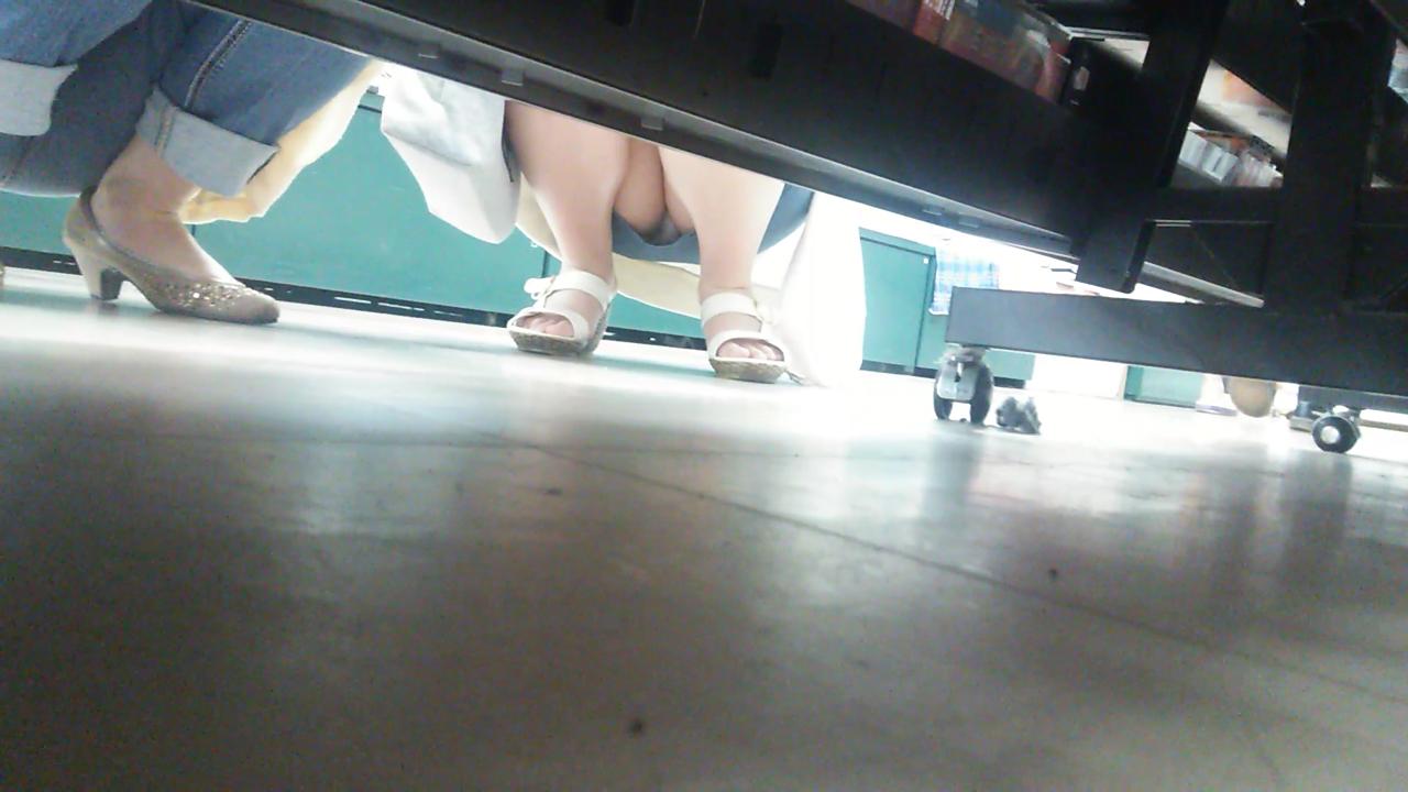 【パンチラエロ画像】棚の向こうに気配があればカメラの用意!店内パンチラ激写www 06