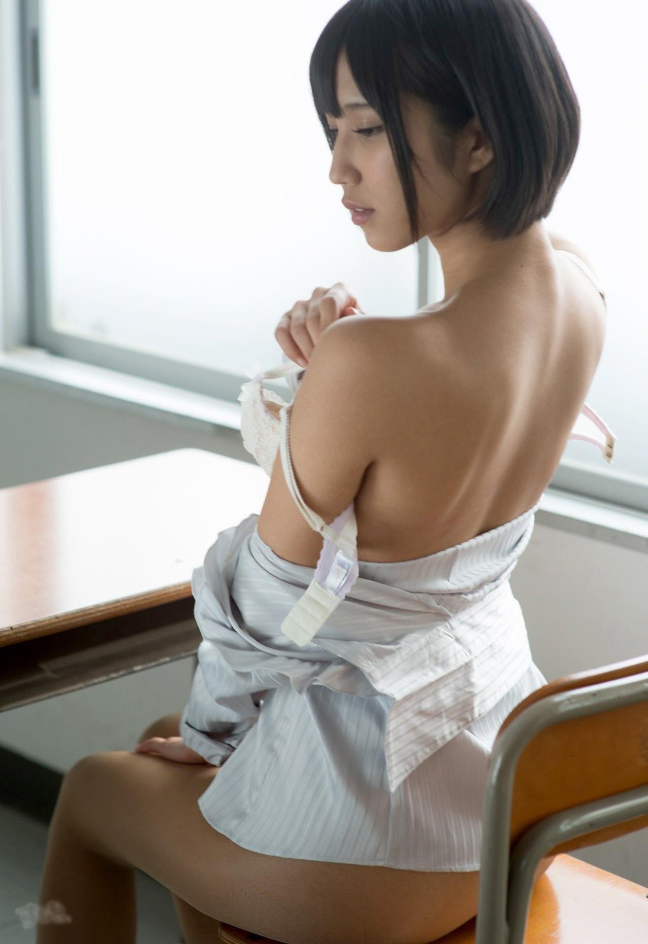 【脱衣エロ画像】ホックは慎重に外しましょうw全部見えるまで焦らない脱ぎ乳www 13