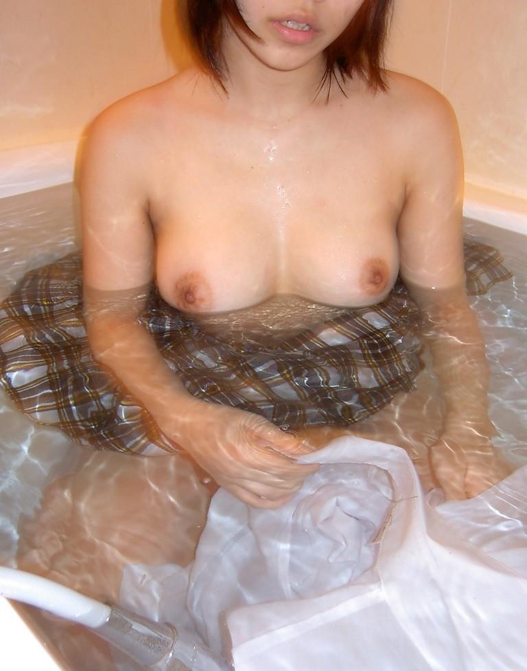 【入浴エロ画像】浮力に揉まれておりまするw湯船にプカプカ大きなおっぱいwww 11