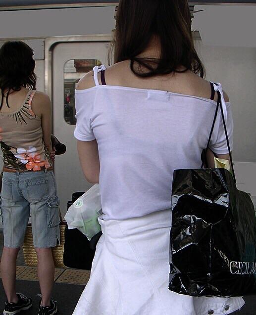 【透けブラエロ画像】夏の風物詩wホックの数次第で前も見たい街の透けブラwww 09