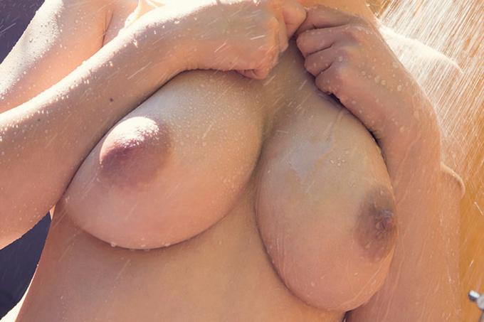 巨乳がシャワーで濡れる…エロ画像