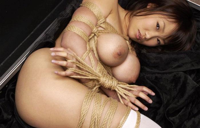 【SMエロ画像】イヤらしく見せる為の仕様ゆえに苦しさを伴う女体緊縛www 001