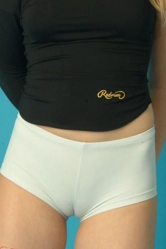 【股間エロ画像】中には一緒の形が?綺麗なマンスジ描いた着衣の股間www 11