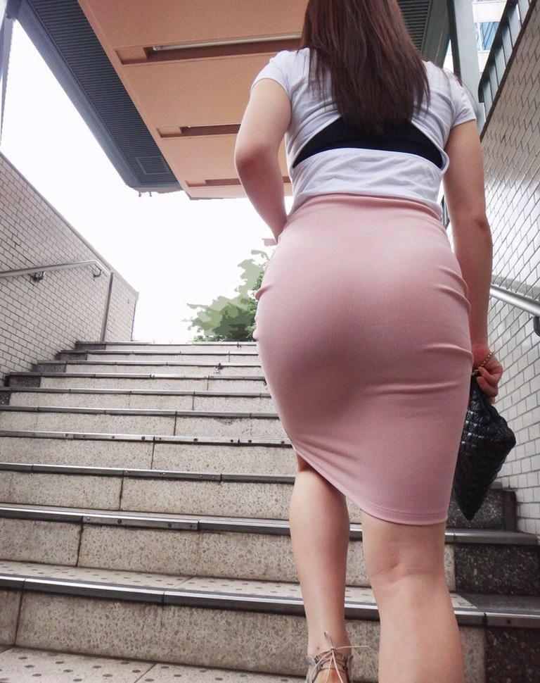 【着尻エロ画像】むしろ着ている事で形大きさが際立ったと言える街の着尻観察www 01