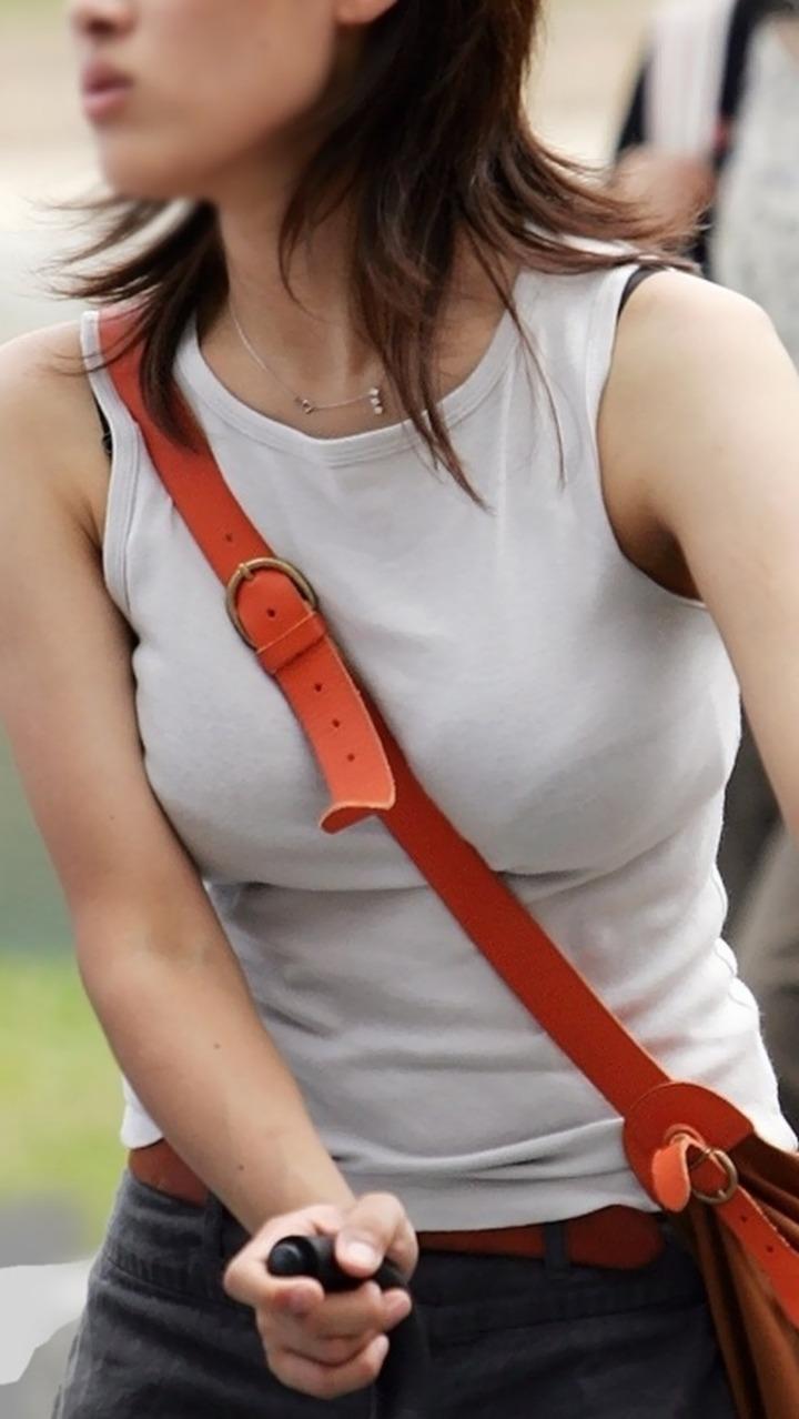 【着胸エロ画像】便利な掛け方だけど巨乳が目立つwパイスラ着衣巨乳撮りwww 04