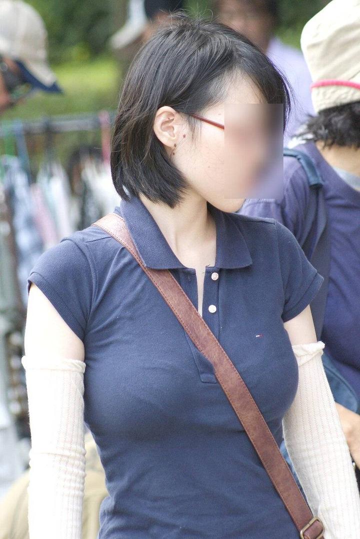 【着胸エロ画像】便利な掛け方だけど巨乳が目立つwパイスラ着衣巨乳撮りwww 15