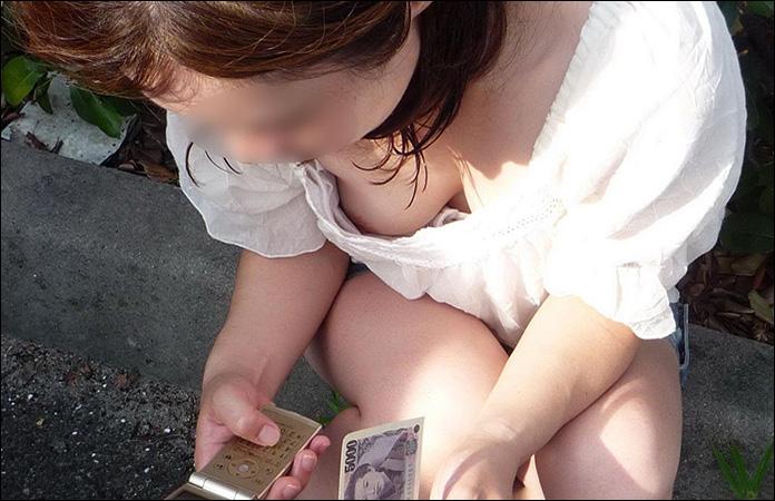 【街撮り胸チラ画像】夏場に座ってる女の子が居たらこんな光景を期待してついチラ見しちゃうよね?