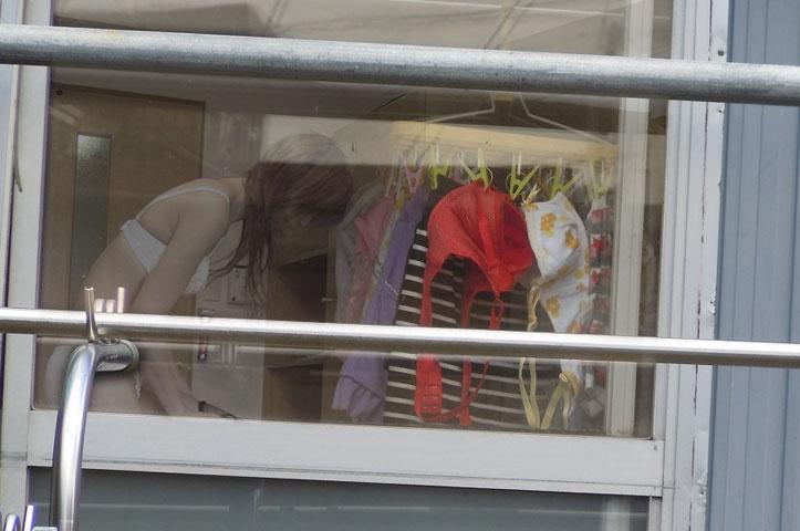 【覗きエロ画像】開いてた民家の窓からイヤらしい私生活をじっくり覗き見! 05
