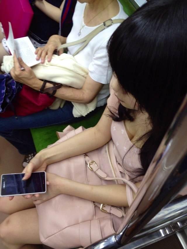 【胸チラエロ画像】立ってるのは辛くても…頑張らせてくれる電車内の胸元観察www 05