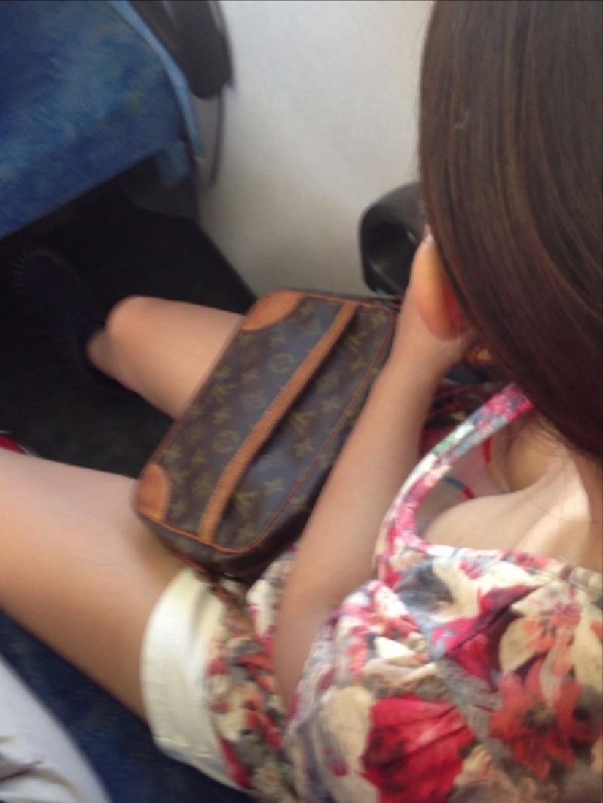 【胸チラエロ画像】立ってるのは辛くても…頑張らせてくれる電車内の胸元観察www 11
