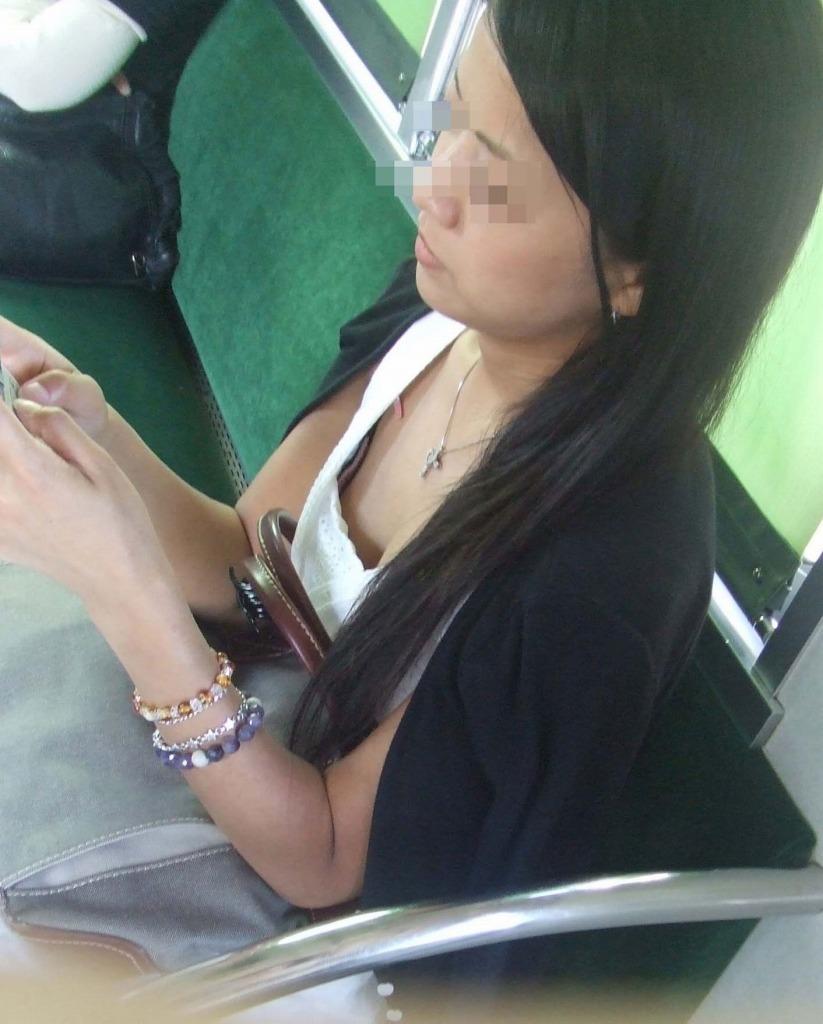 【胸チラエロ画像】立ってるのは辛くても…頑張らせてくれる電車内の胸元観察www 14