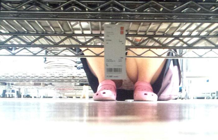 【パンチラエロ画像】棚の向こうに気配!下を除けばパンツ履いた股間がwww 001