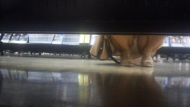 【パンチラエロ画像】棚の向こうに気配!下を除けばパンツ履いた股間がwww 02