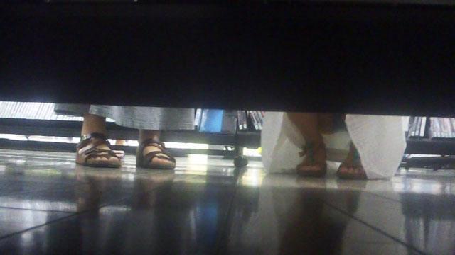 【パンチラエロ画像】棚の向こうに気配!下を除けばパンツ履いた股間がwww 03