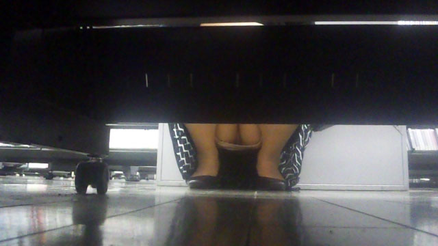 【パンチラエロ画像】棚の向こうに気配!下を除けばパンツ履いた股間がwww 04