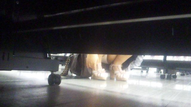 【パンチラエロ画像】棚の向こうに気配!下を除けばパンツ履いた股間がwww 06