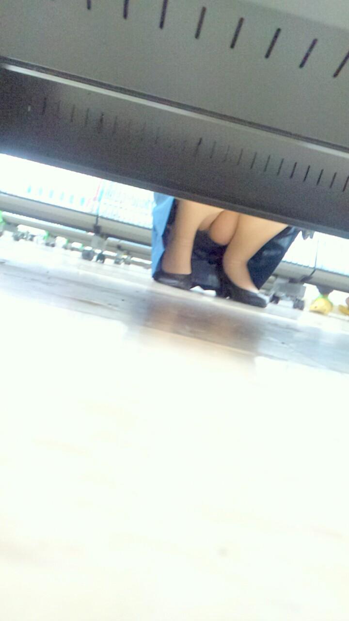【パンチラエロ画像】棚の向こうに気配!下を除けばパンツ履いた股間がwww 09
