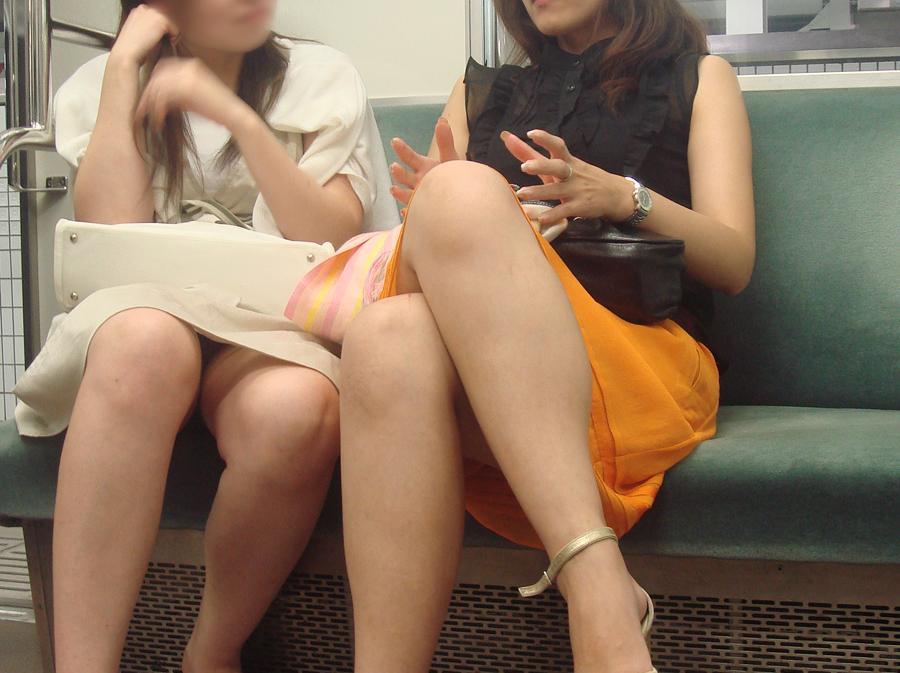 【パンチラエロ画像】長く乗って先に降りて欲しい電車内対面パンチラwww 03