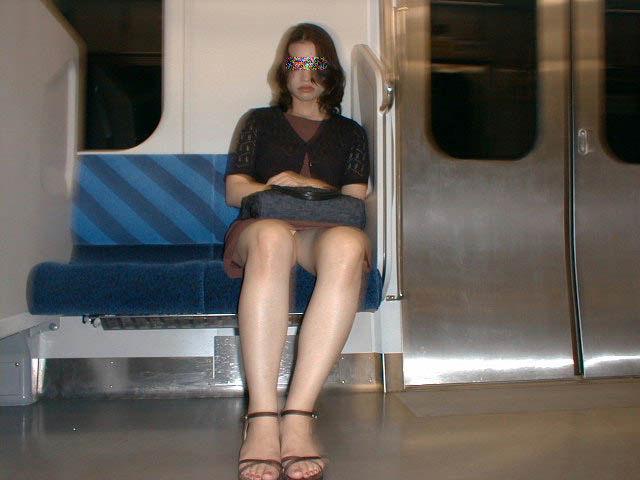 【パンチラエロ画像】長く乗って先に降りて欲しい電車内対面パンチラwww 05