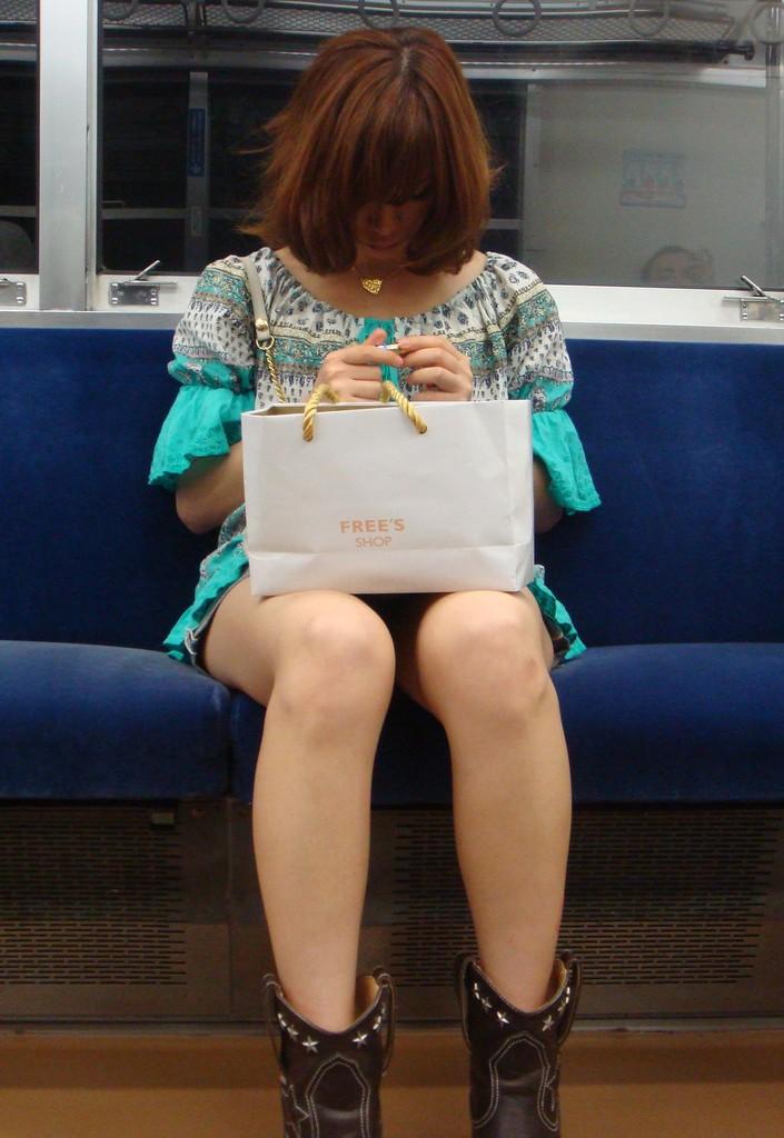 【パンチラエロ画像】長く乗って先に降りて欲しい電車内対面パンチラwww 11