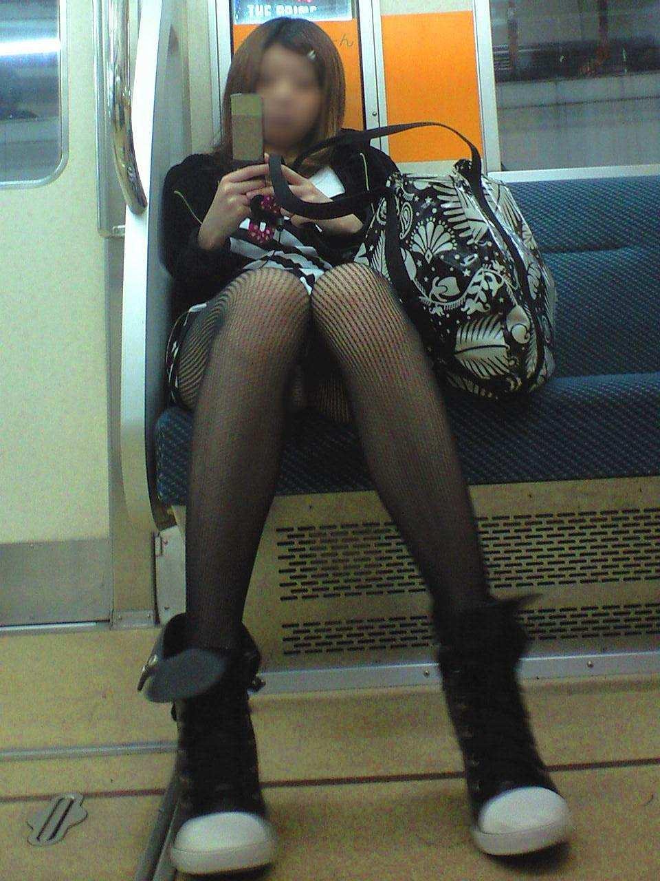 【パンチラエロ画像】長く乗って先に降りて欲しい電車内対面パンチラwww 12