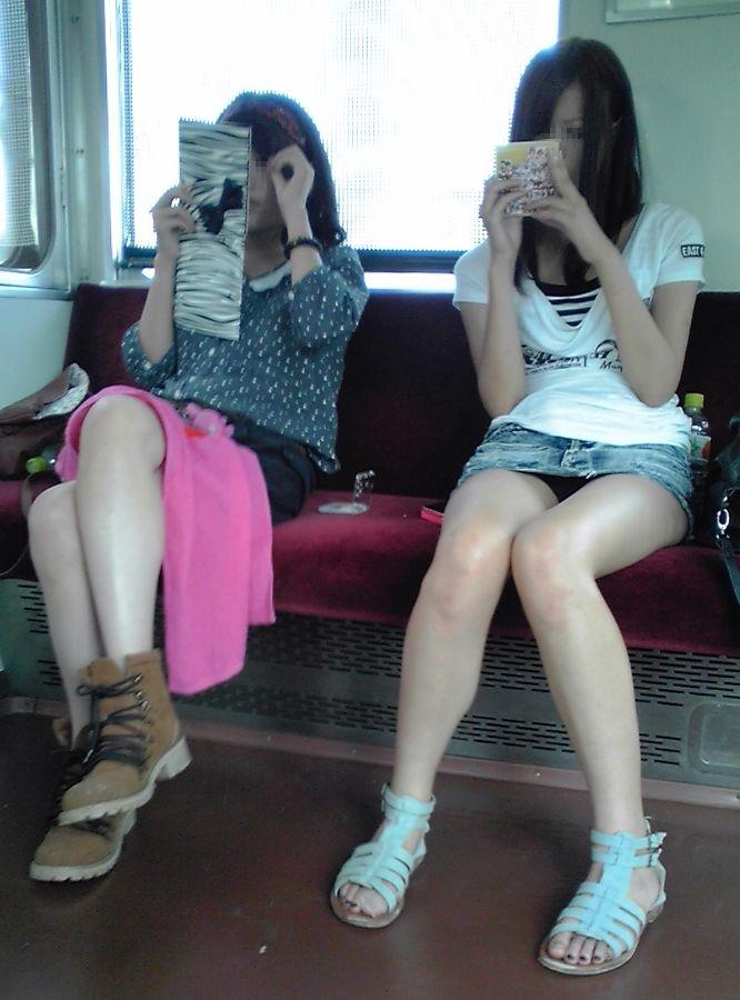 【パンチラエロ画像】長く乗って先に降りて欲しい電車内対面パンチラwww 14