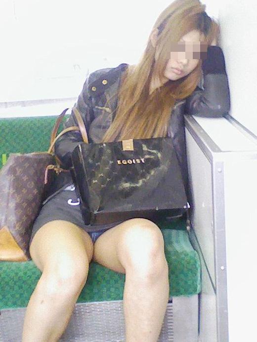 【パンチラエロ画像】長く乗って先に降りて欲しい電車内対面パンチラwww 15
