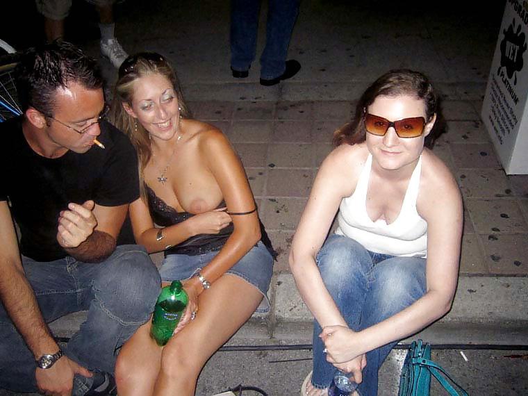 【海外エロ画像】ノーブラのお約束w乳頭見えても気にしない外人さん達www 09