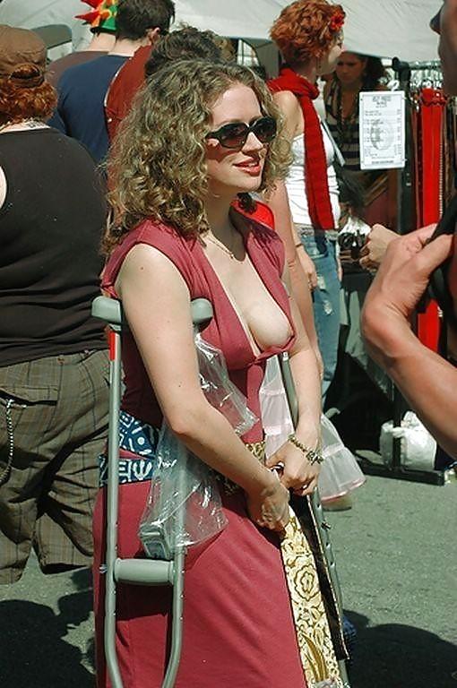 【海外エロ画像】ノーブラのお約束w乳頭見えても気にしない外人さん達www 12
