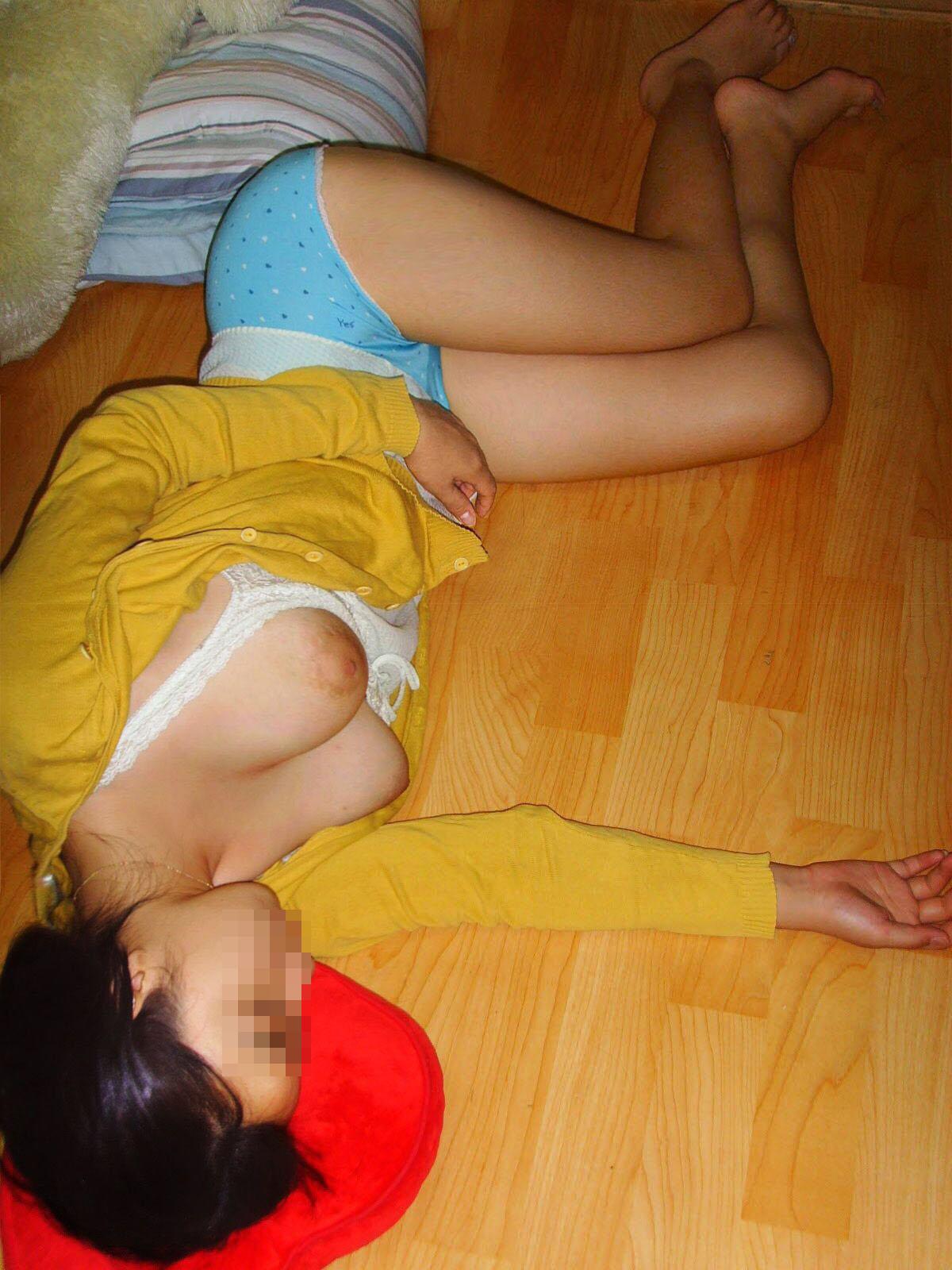 【夜這いエロ画像】熟睡中に脱がす!旦那に流された妻たちの生おっぱいwww 13