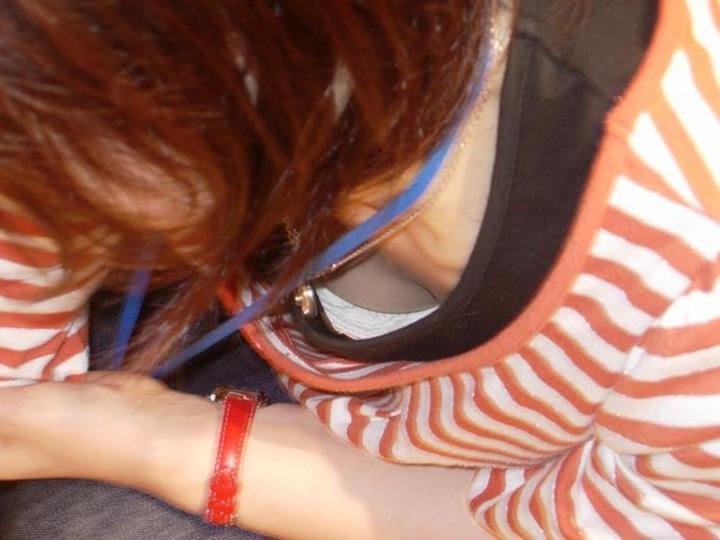 【胸チラエロ画像】薄着はチャンス!夏はどこでも膨らみ覗ける絶好の季節www 07