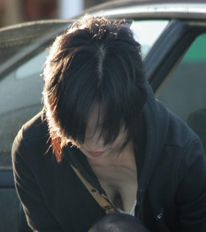 【胸チラエロ画像】薄着はチャンス!夏はどこでも膨らみ覗ける絶好の季節www 08